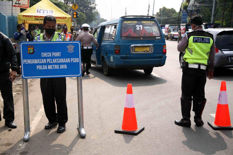 COVID-19: Jakarta Police patrol streets, supermarkets during partial lockdown