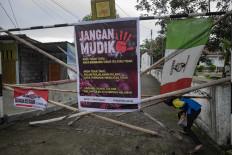 A banner on a closed street near Jl. Palagan Tentara Pelajar, Sleman, calls on migrants not to come home. JP/ Arnold Simanjuntak