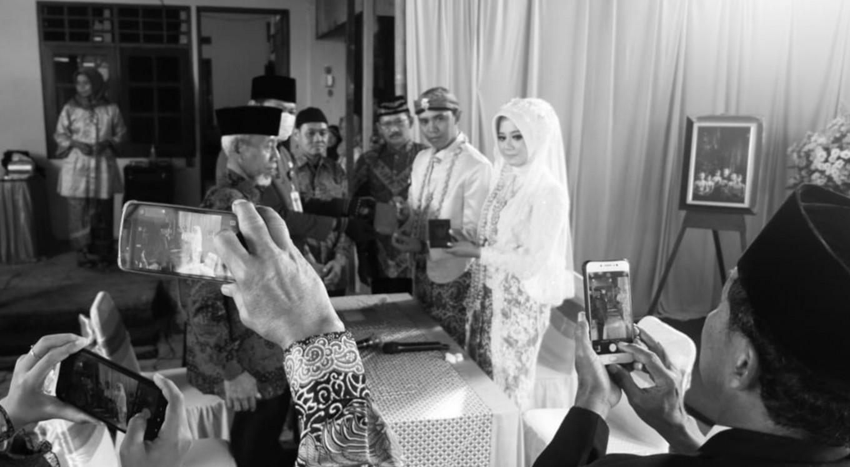 Couple livestream wedding ceremony amid virus outbreak