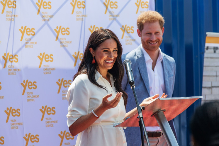 Prince Harry and Meghan hand out meals in Los Angeles