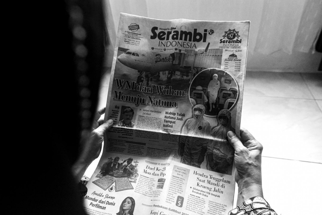 Hayatul's mother reads news about the quarantine of Indonesian returnees in Natuna, Riau Islands. JP/Raudhatul Jumala