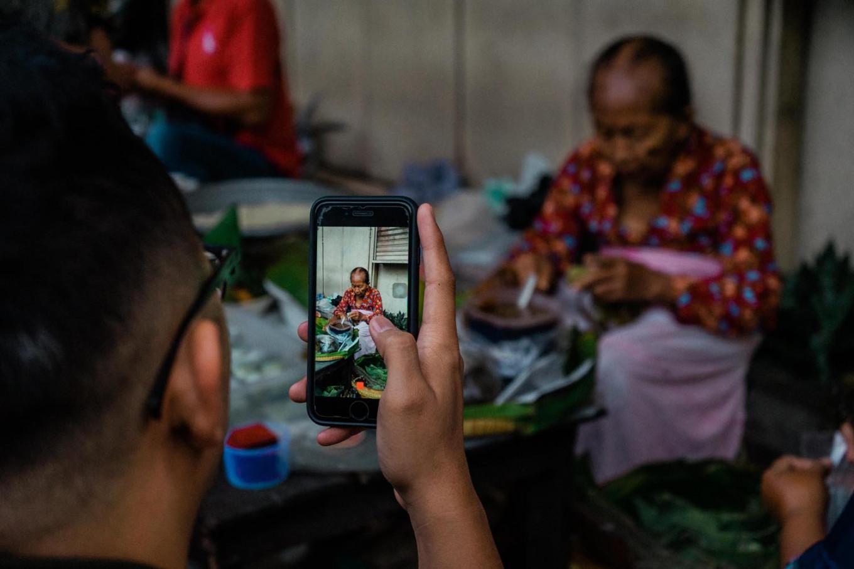 A customer takes a photo of Satinem with his smartphone. JP/Anggertimur Lanang Tinarbuko