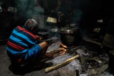 Narto Utomo manages firewood to create stable heat throughout the cooking process. JP/Anggertimur Lanang Tinarbuko