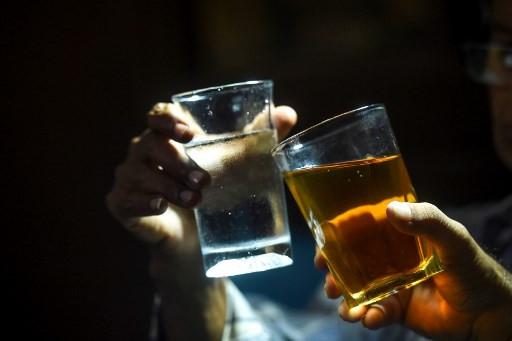 Booze battle for Pakistan's drinkers during lockdown and Ramadan