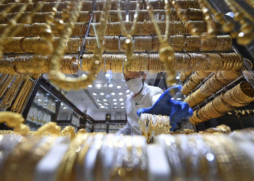 Gold price hits record high as USA  dollar sinks