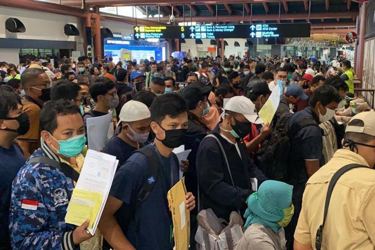 Soekarno-Hatta Airport packed with passengers despite government call for physical distancing