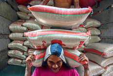 A coolie shoulders rice at Besar market, Malang, East Java on May 13. East Java recorded a surplus of 1.48 tons of rice in January to April 2020. JP / Aman Rochman