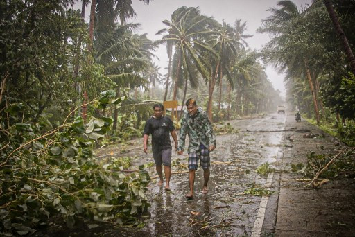 Typhoon forces 140,000 away from homes in virus-hit Philippines