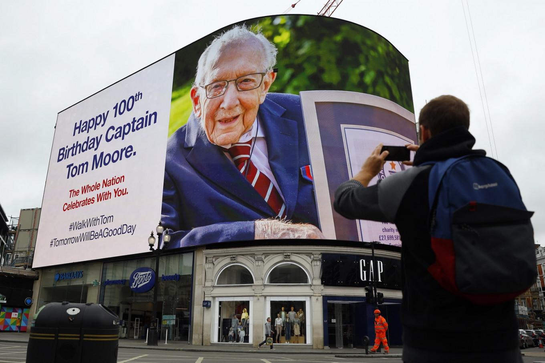 UK knights war veteran 'Captain Tom' for fundraising