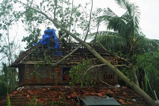 Cyclone toll hits 95 as Bangladesh and India start mopping up