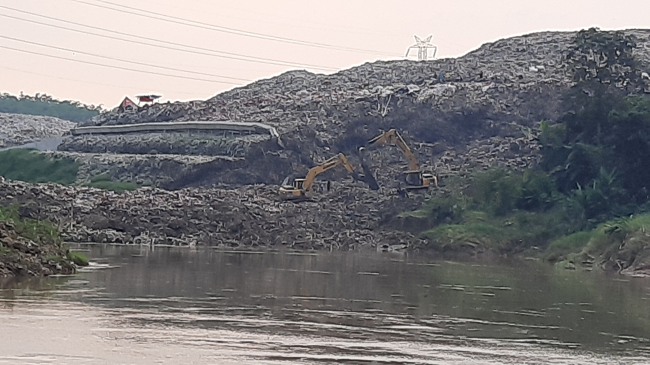 South Tangerang landfill wall collapses, spilling 100 tons of waste into Cisadane River