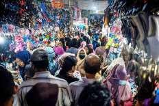 "Sheer ignorance: Shoppers flock to Pasar Pembangunan traditional market on Thursday in Pangkalpinang, Bangka Belitung, despite the nationwide health emergency policies in place to ""flatten the curve"" of COVID-19 infection. Antara/Anindira Kintara"