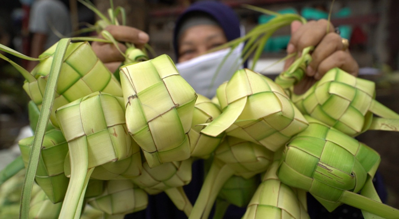 Palm leaf weavers pin hopes on 'ketupat'