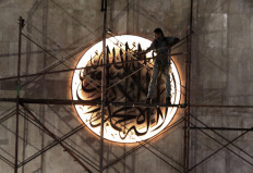 A worker installs a construction platform inside Istiqlal Mosque. JP/Sutrisno Jambul