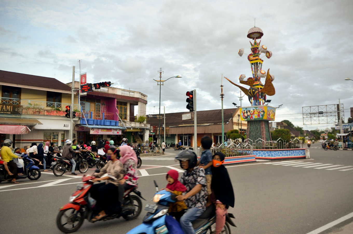 Motorists violate physical distancing policy by riding with passengers in Pariaman, West Sumatra. JP/Arif Rahman AS