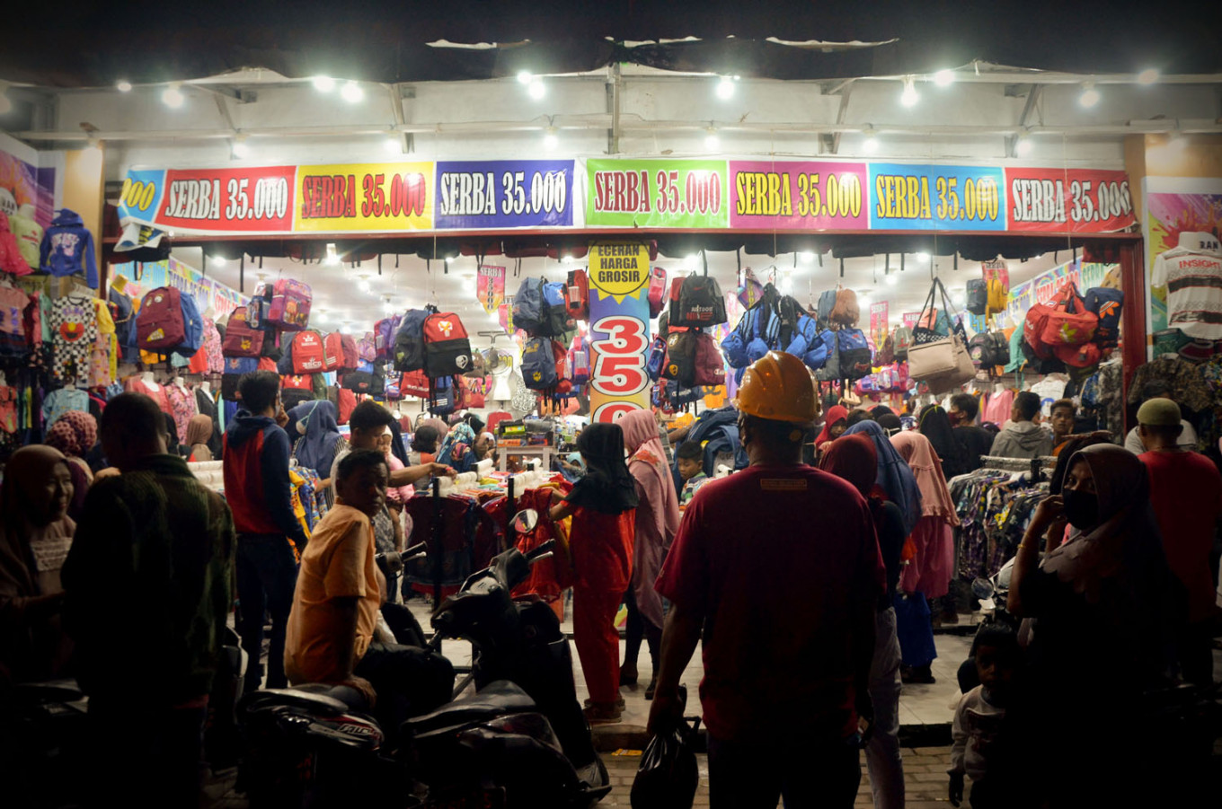 Residents ignore physical distancing rules to buy new clothes for Idul Fitri. JP/Arif Rahman AS