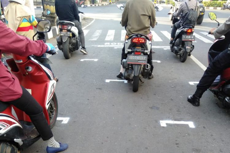 Creative distancing: East Java takes inspiration from MotoGP to reduce crowding at traffic lights