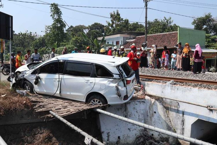 Driver escapes vehicle minutes before train crash in East Java
