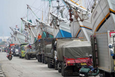 Trucks line up at Sunda Kelapa Port in North Jakarta on Tuesday. The port has resumed loading and unloading activities since the Jakarta administration eased the physical distancing policy on June 5. JP/Arief Suhardiman