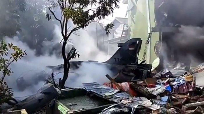 Indonesian Air Force Hawk 209 jet fighter crashes in residential area of Riau