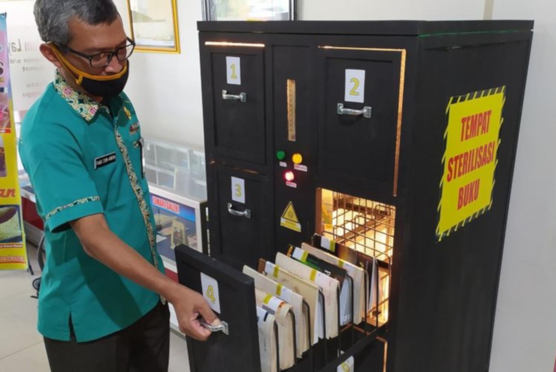 Banyumas Library uses UV light to sterilize books