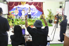 The director of a production crew gestures to student actors of SMA 8 senior high school during a livestreamed theatrical performance on Tuesday in Jakarta. Students from several state and private senior high schools have been taking a part in livestreamed performing arts production since Monday. JP/Seto Wardhana