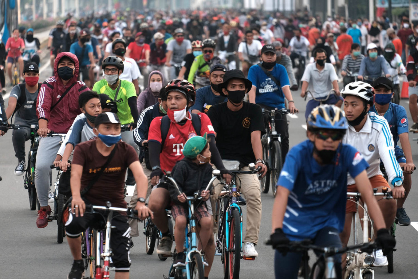 Jakartans hit streets on first Car Free Day since start of PSBB, raising concerns of new outbreak