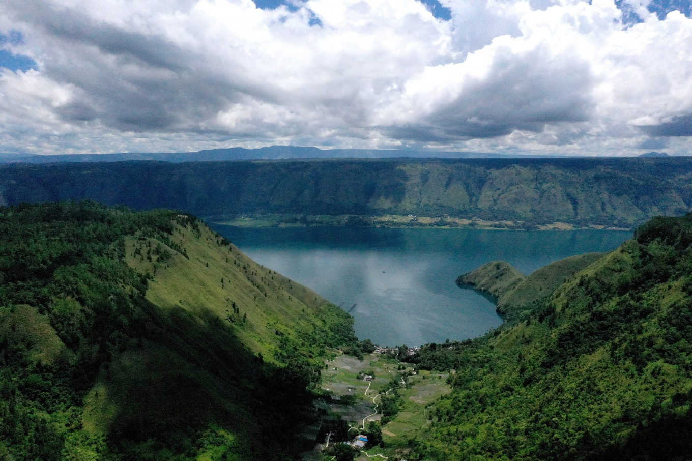More than Rp 2 billion worth of fish found dead in Lake Toba amid extreme weather