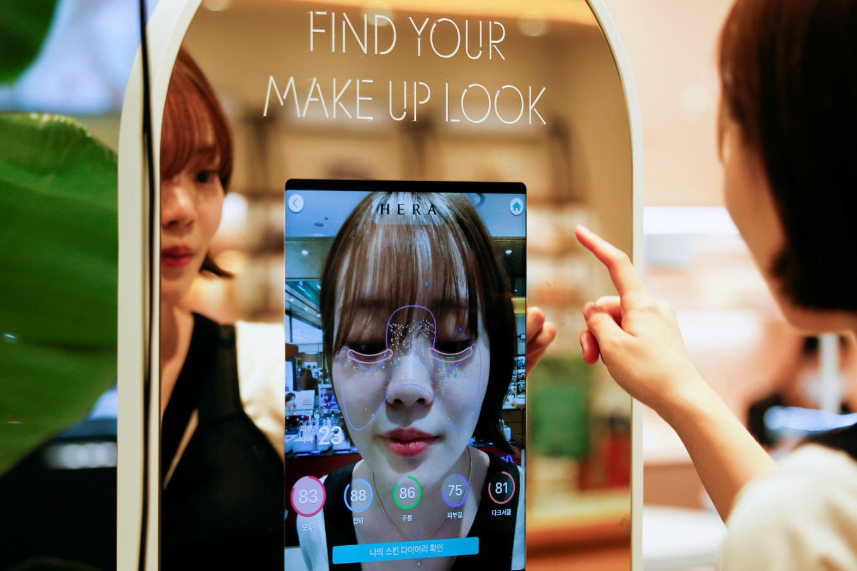 South Korean 'augmented reality' mirror allows touchless cosmetics