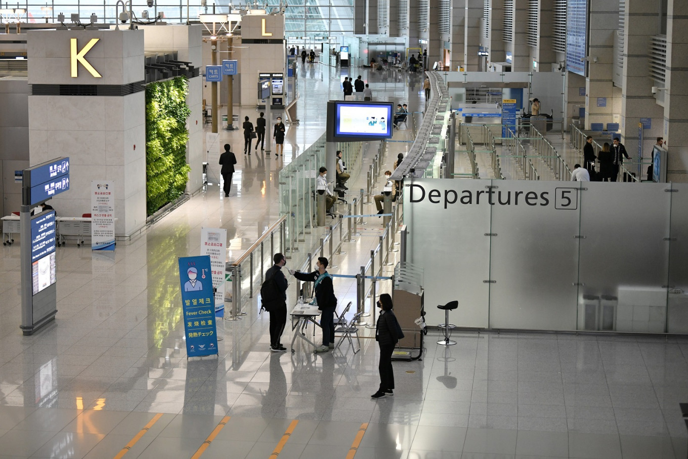 Duty-free shops mull retreat from Incheon airport as int'l passengers dip 98% in Q2