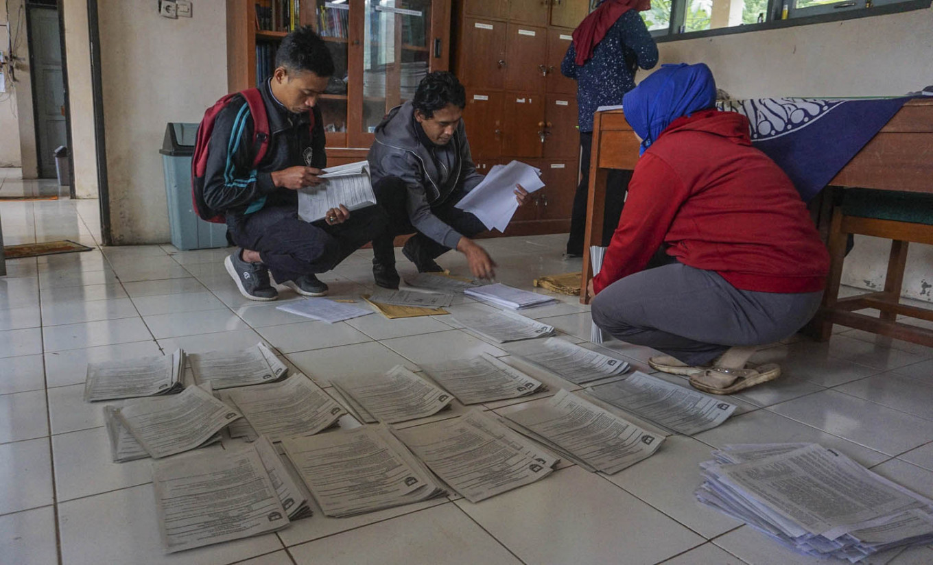 SMP 4 Bawang teachers in Batang regency, Central Java, sort assignment sheets before delivering them to students. Antara/Harviyan Perdana Putra