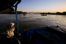 A woman sits on a taxi boat as she travels across the convergence between the Blue Nile river and the White Nile river in Khartoum, Sudan, February 15, 2020. Reuters/Zohra Bensemra