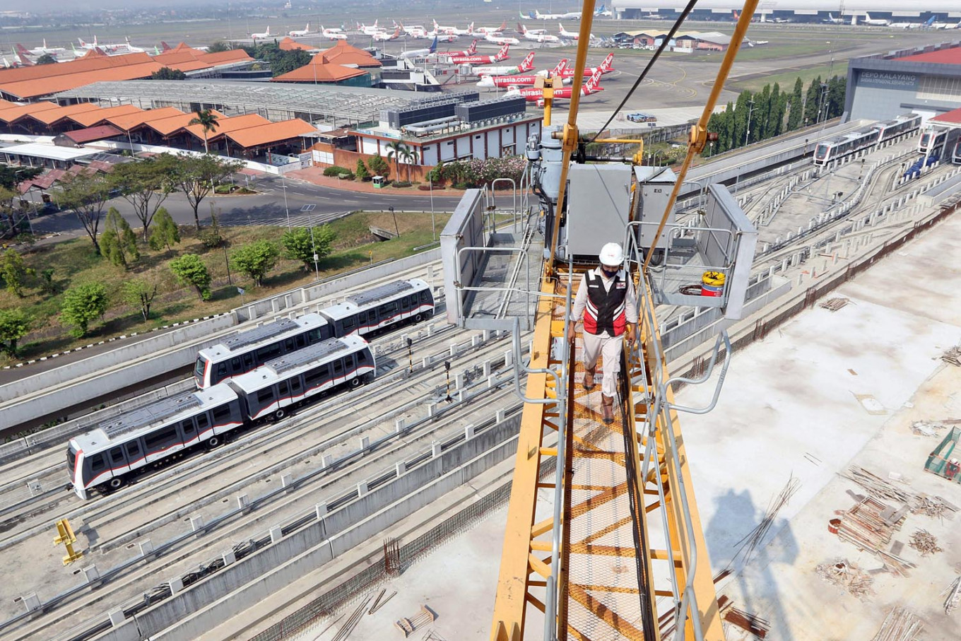 A worker inspects a crane at the construction site of Soekarno-Hatta International Airport's integrated building in Tangerang, Banten, on July 29. The project, comprising a building that is connected to the main airport building, costs Rp 691 billion (US$47.2 million) and is set to be completed at the end of 2020. JP/Dhoni Setiawan