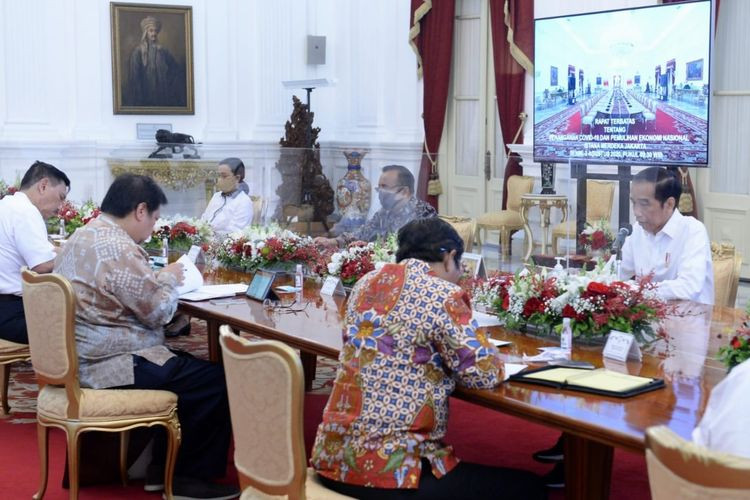 State Palace vows compliance with virus protocol after Jokowi, ministers seen without masks