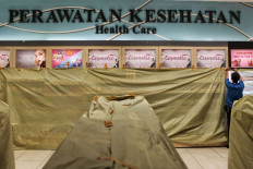 A worker covers a supermarket display at AEON Mall in Tangerang, Banten, on Aug. 6. The Tangerang regency administration has closed the mall from Aug. 6 to 13 after two employees tested positive for COVID-19. JP/Seto Wardhana