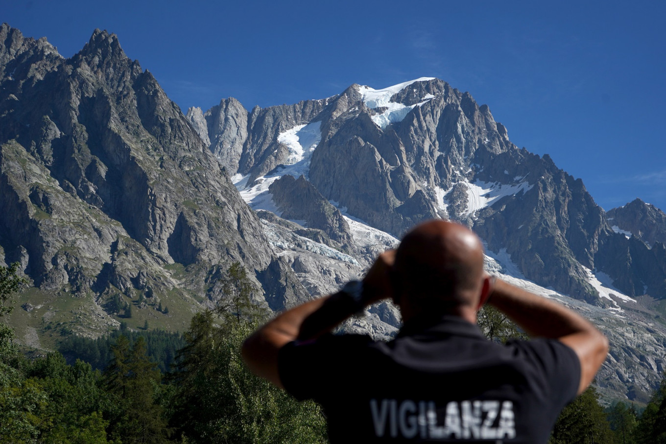 Italy resort lifts alert on melting glacier threat