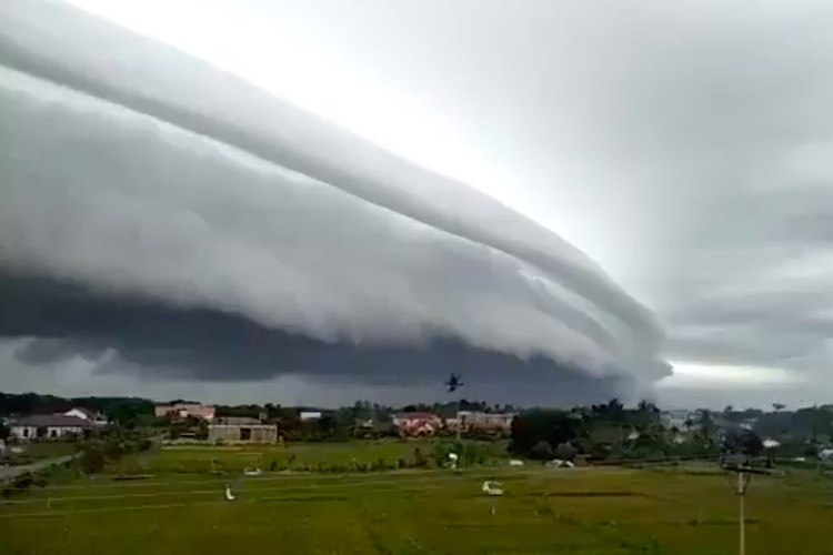 Rare arch-shaped cloud over Aceh goes viral, sparks concern, 'fake news'