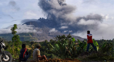Flight warning as Mount Sinabung erupts again