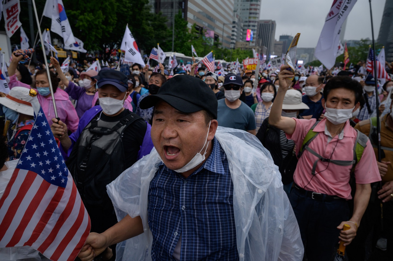 दक्षिण कोरियामा सरकारविरोधी प्रदर्शन सुरु, हजारौं मानिस सडकमा