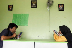 Biology teacher Wahyu Adi Prasetyo (left) and his colleague, English Rantiyani, an English teacher, teach online classes in South Tangerang, Banten, on Aug. 10. Without large internet data packages, some teachers have been forced to reduce the duration of their online classes.