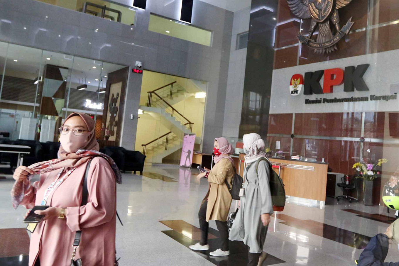 Employees of the Corruption Eradication Commission (KPK) depart from their office on Aug. 12. The government has decided to change the status of KPK employees to civil servants despite criticisms that the status change would undermine the antigraft body's independence.