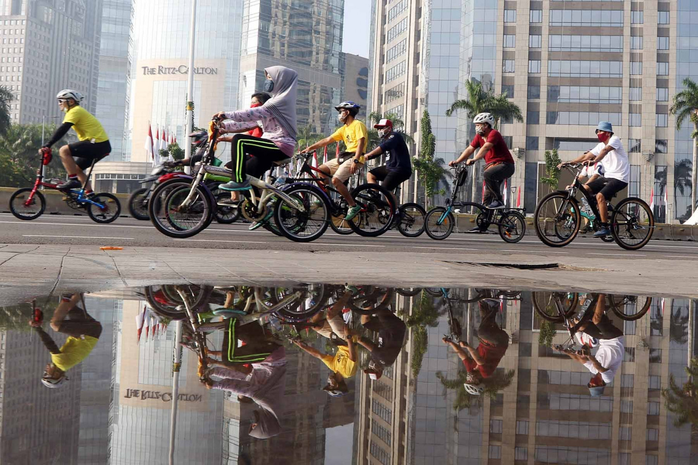 Cyclists ride along Jl. Sudirman in Jakarta on Aug. 9. Although the Jakarta administration has canceled the regular Car Free Day (CFD) on Jl. Sudirman and Jl. MH Thamrin, the area is still packed with people who want to exercise.