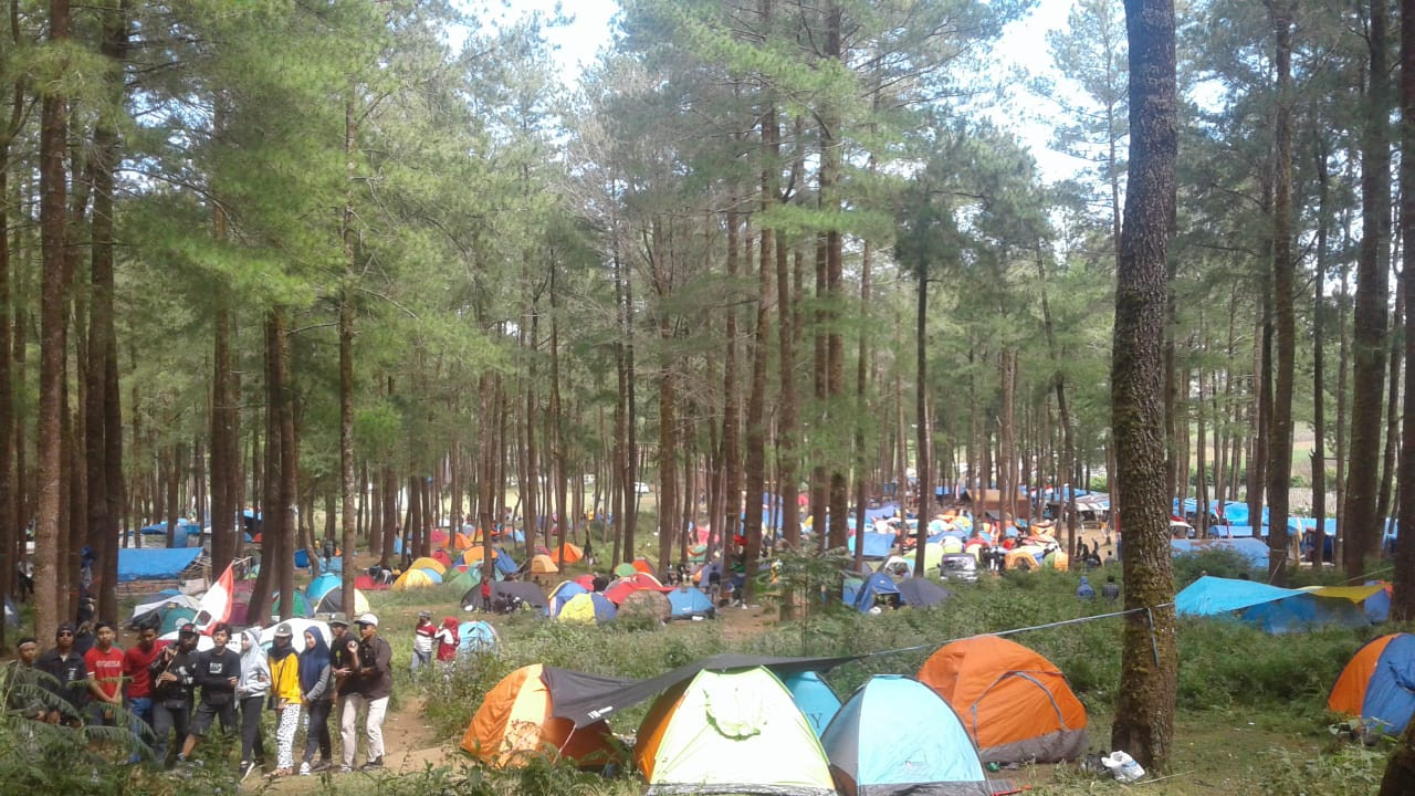 More than 15,000 hikers swamp Mt. Bawakaraeng in South Sulawesi to celebrate Independence Day