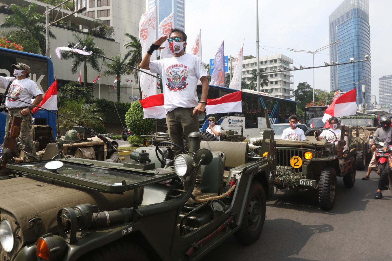 Historic countdown: Members of Willys Owners Indonesia (WOI) salute during a commemoration of detik detik (seconds) ahead of Indonesia's independence proclamation at Hotel Indonesia traffic circle in Jakarta, on Monday, August 17, 2020. JP/Dhoni Setiawan