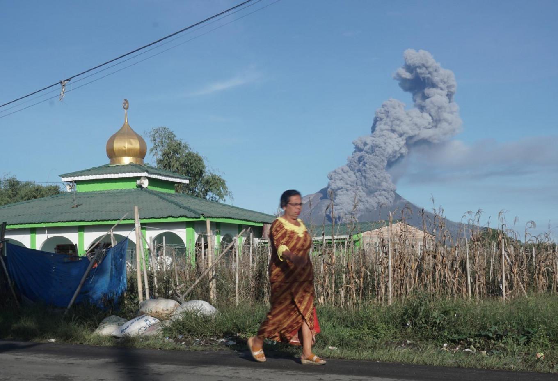 Mt. Sinabung spews hot ash, surroundings evacuated