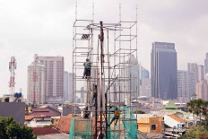 Workers set up a structure for a billboard in Sudirman, Central Jakarta, on Aug.19. The Indonesian Advertisers Association (Appina) said that the COVID-19 outbreak had resulted in an increase in advertisement placements on digital media. JP/Dhoni Setiawan