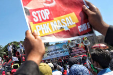 Workers stage a rally in front of the House of Representatives' complex in Senayan, Jakarta, on Aug. 25. They opposed the omnibus bill on job creation and called for the government to do more to prevent mass layoffs during the COVID-19 pandemic. JP/Seto Wardhana