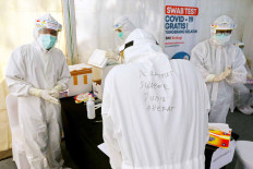 Medical staff get ready to take swab samples during free Polymerase chain reaction (PCR) testing held by state-owned Bank Negara Indonesia in South Tangerang, Banten, on August. 30. 2020. Some 750 residents were tested in the event. JP/Dhoni Setiawan