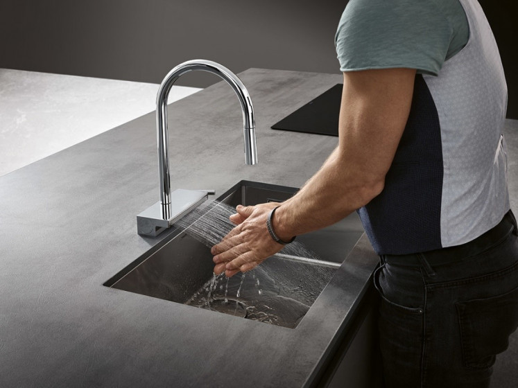 Stealing the limelight: Its futuristic and extravagant design and choice of basic shapes make the hansgrohe Aquno Select M81 a real eye-catcher that blends into any individual and sophisticated kitchen environment.