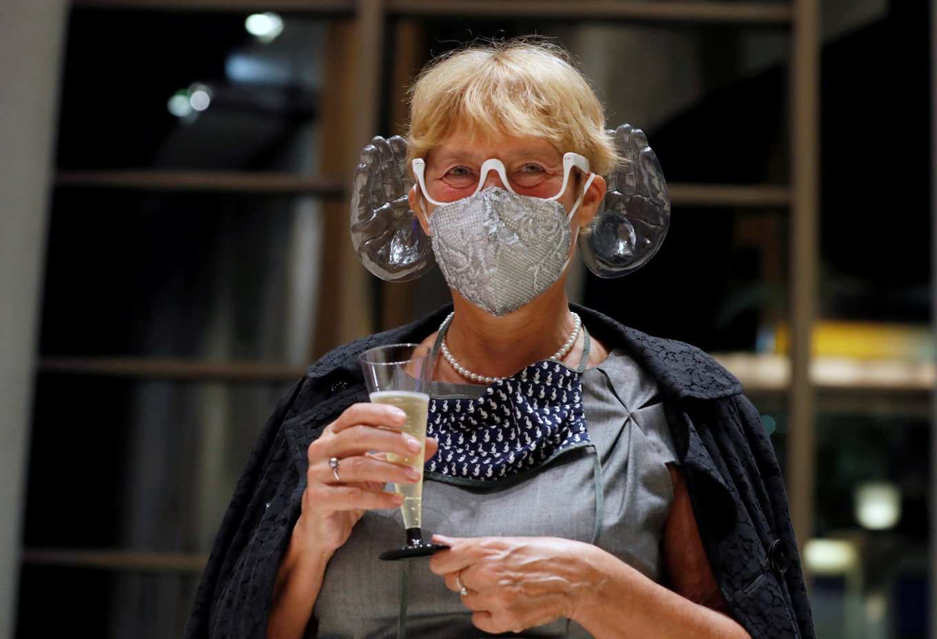 Hungarian orchestra conductor invents music-enhancing face mask